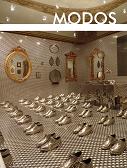 Espaço com sapatos dourados e espelhos
